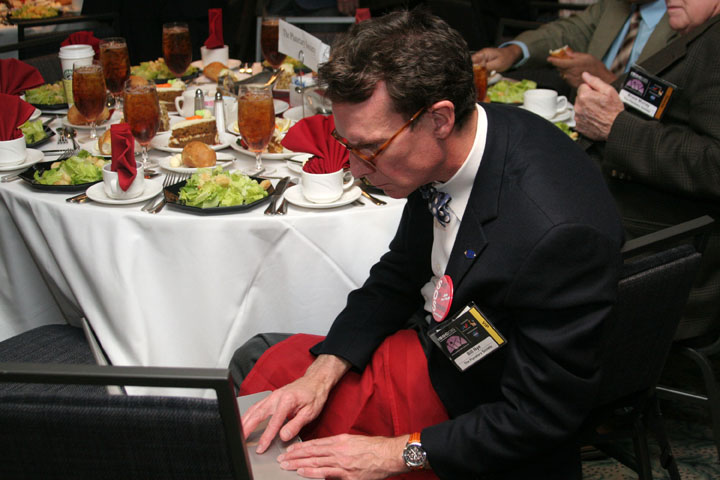 Bill Nye the Science Guy on his computer at dinner at 2006 International Space Development Conference