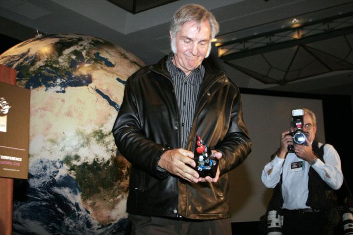 2006 ISDC Burt Rutan with award