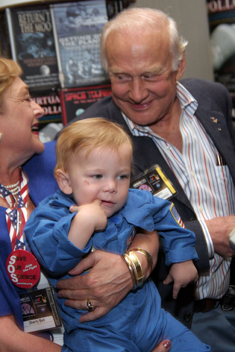 Buzz Aldrin and toddler at 2006 International Space Development Conference
