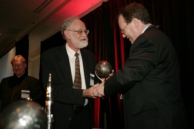 Dr. Kenneth J. Cox accepts the Space Pioneer Award from Kirby Ikin, Chairman of the NSS Board of Directors at the International Space Development Conference