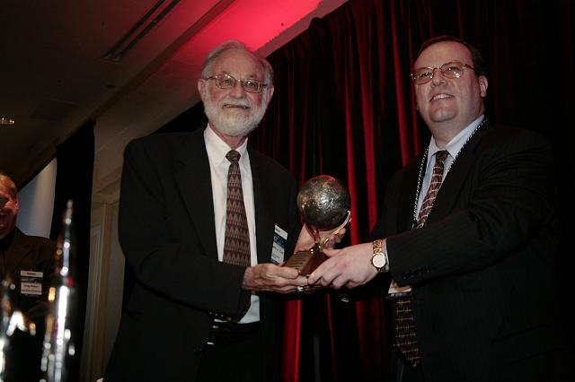 Dr. Kenneth J. Cox accepts the Space Pioneer Award from Kirby Ikin, Chairman of the NSS Board of Directors, at the International Space Development Conference