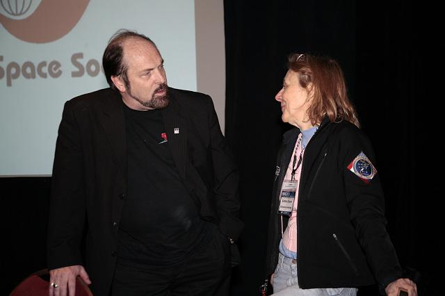 Rick Tumlinson talks with Esther Dyson during a luncheon at the International Space Development Conference