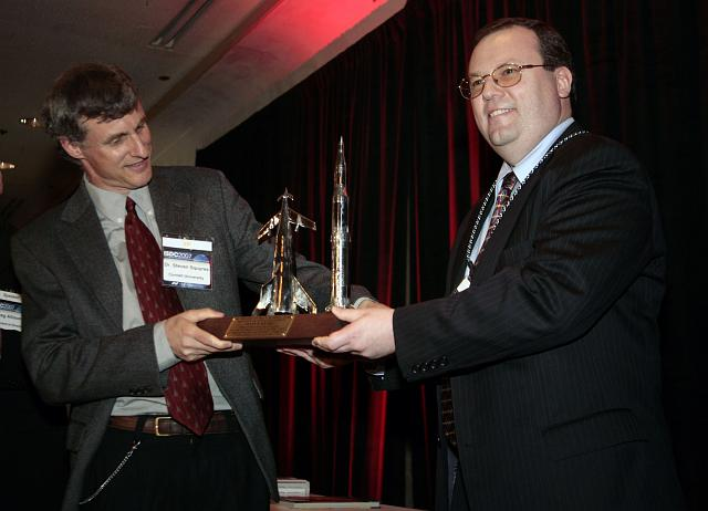 Steven Squyres accepts the Werner Von Braun Memorial Award from Kirby Ikin at the International Space Development Conference