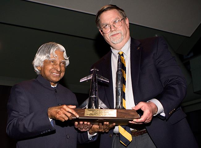 Dr. Kalam and Mark Hopkins with award at ISDC